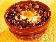 Гювече със зелен фасул (боб), кренвирши и яйца на фурна